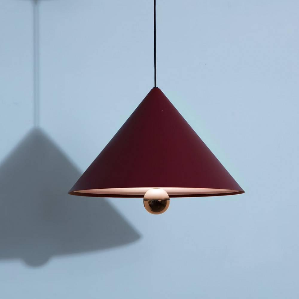 Suspension-grande-Cherry-brun-rouge-LED-Petite-Friture-allumée